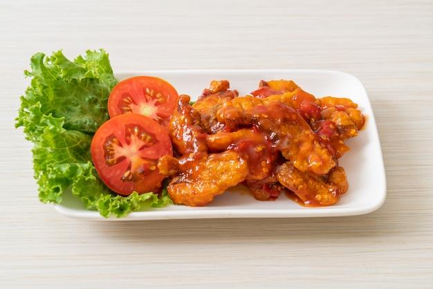 Pesce fritto condito con salsa al peperoncino a 3 gusti (dolce, acido, piccante)
