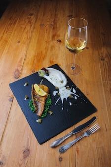 Pesce fritto delizioso su una banda nera