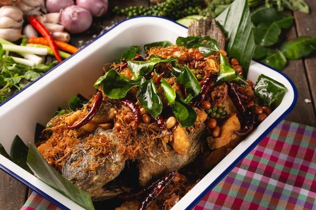 Pesce fritto di tubtim con erbe per la salute, cibo isan, pesce fritto con erbe, cibo isan thai, cibo tailandese