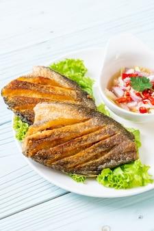 Pesce gourami croccante con insalata piccante