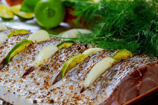 Pesce marinato con limone e cipolla