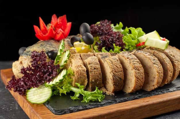 Pesce ripieno su una tavola di legno