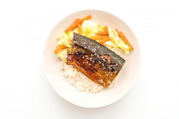 Pesce saba grigliato con salsa teriyaki su ciotola di riso sormontata