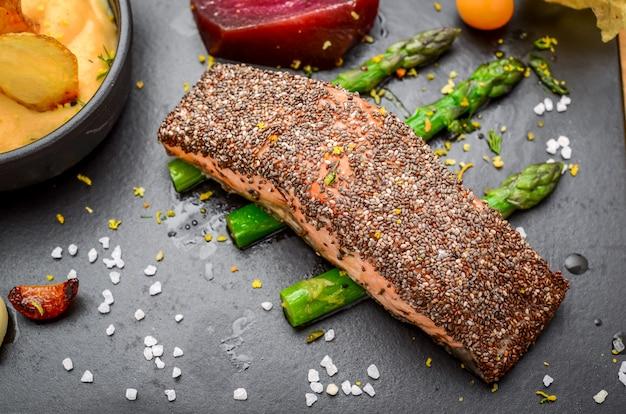 Pesce salmone alla griglia con patate e semi di chia