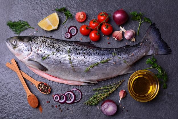 Pesce salmone con spezie e verdure