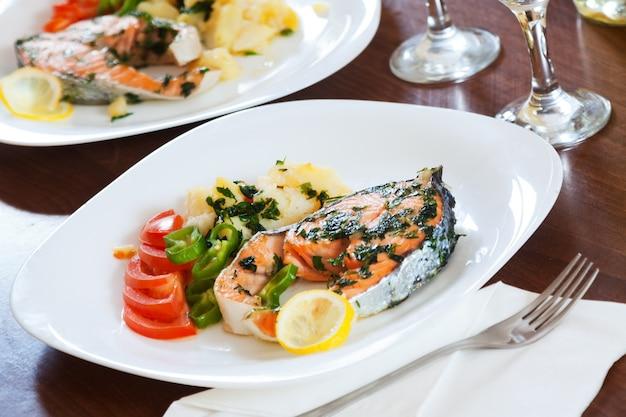 Pesce salmone cotto nel piatto