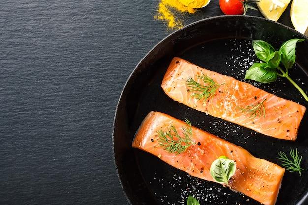 Pesce salmone crudo sulla padella d'epoca