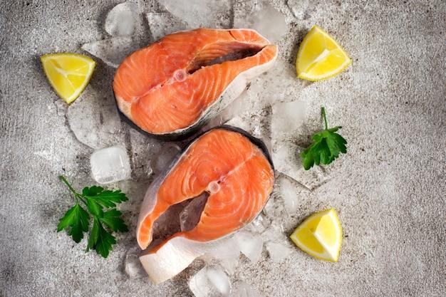 Pesce salmone fresco bistecche di salmone crudo su ghiaccio.