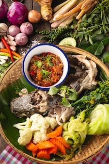 Pesce serpente cotto a vapore, alimento locale di esan tailandese, tailandia