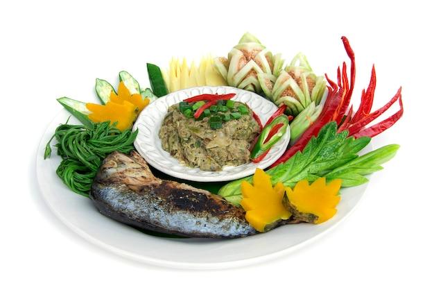 Pesce sgombro pasta secca piccante chili con verdure fresche e bollite, grigliate sgombro tailandese. cucina tailandese, alimento sano piccante tailandese o vista laterale dell'alimento di dieta isolata