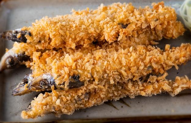 Pesce shishamo fritto nel grasso bollente.