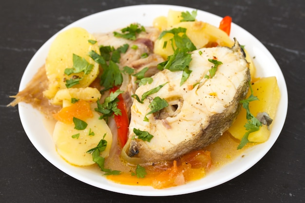 Pesce sul piatto bianco