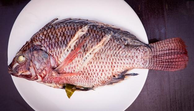Pesce vapore vegetale e verdura sul piatto