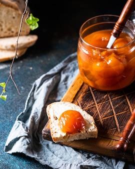 Pesche in scatola dolci in un barattolo. marmellata di pesche. marmellata fatta in casa dolce dessert. marmellata di pesche. cibo vegetariano. concetto di cibo vegan. sandwich