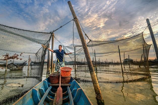 Pescherecci asiatici variopinti tradizionali in paesino di pescatori