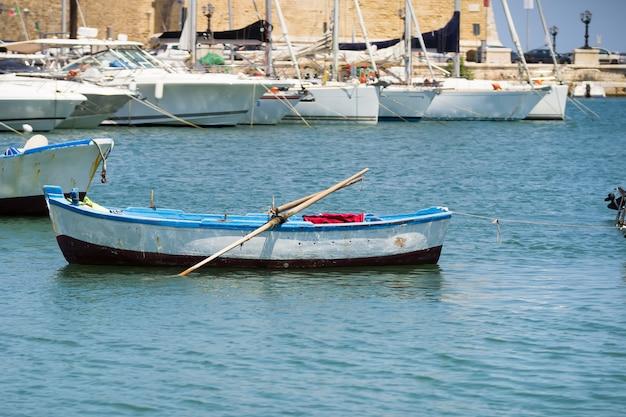 Pescherecci nel piccolo porto di bari, puglia
