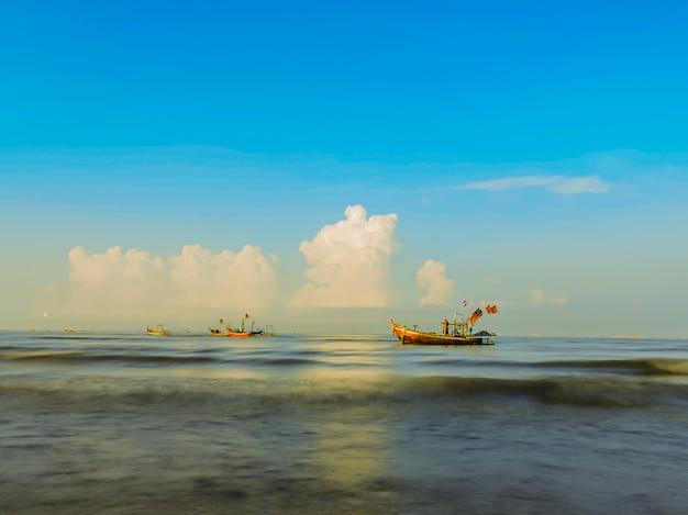Pescherecci sul mare con il fondo del cielo blu.
