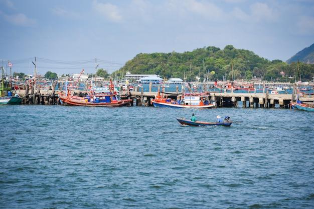 Peschereccio al porto nel mare dell'oceano e montagna in tailandia
