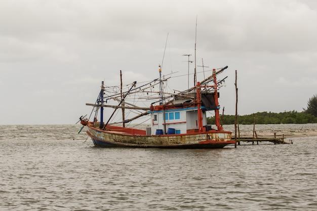 Peschereccio che galleggia sull'acqua di mare.