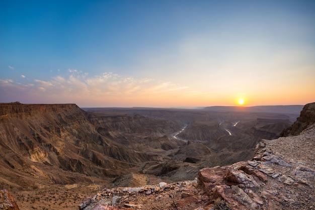 Peschi il canyon del fiume, destinazione scenica di viaggio in namibia del sud. ultima luce solare sulle creste montuose. vista grandangolare dall'alto.