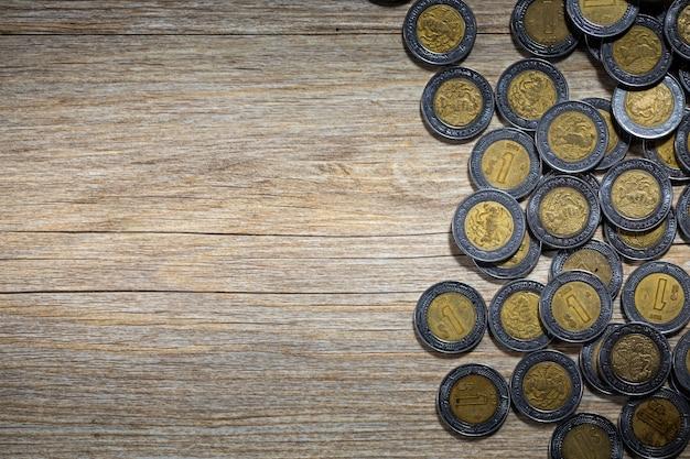 Pesos messicani su carta da parati con superficie in legno