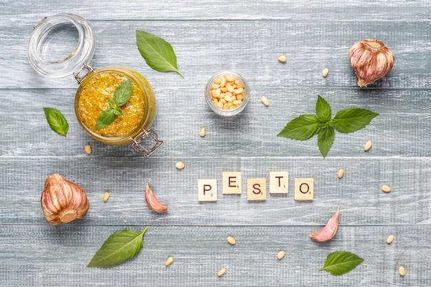 Pesto di basilico italiano con ingredienti culinari per cucinare.