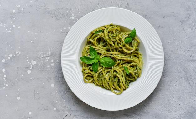 Pesto di spaghetti di pasta con basilico fresco e olio d'oliva