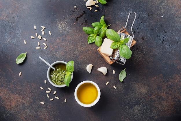 Pesto fresco italiano con basilico