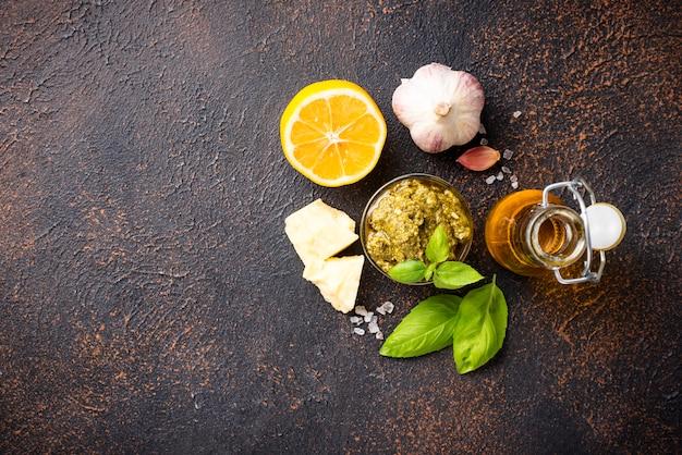 Pesto italiano tradizionale fatto in casa