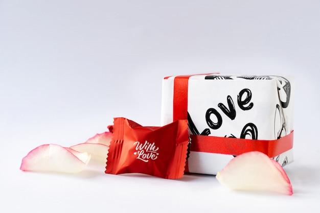 Petali di rosa e cioccolatini. san valentino.
