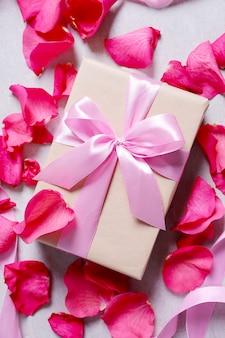 Petali di rosa e confezione regalo