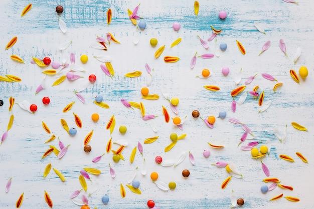Petali e caramelle in composizione caotica
