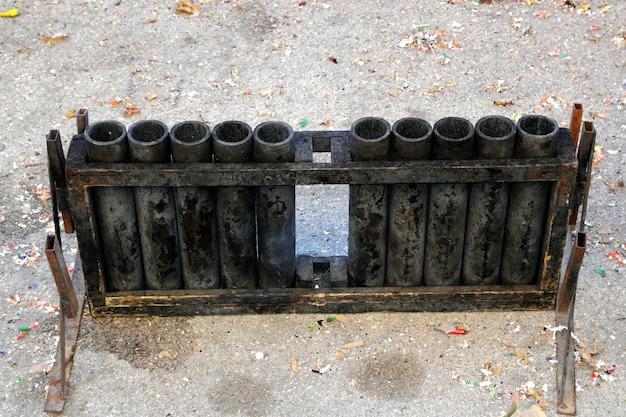 Petardi neri dei fuochi d'artificio del canone dopo l'esplosione