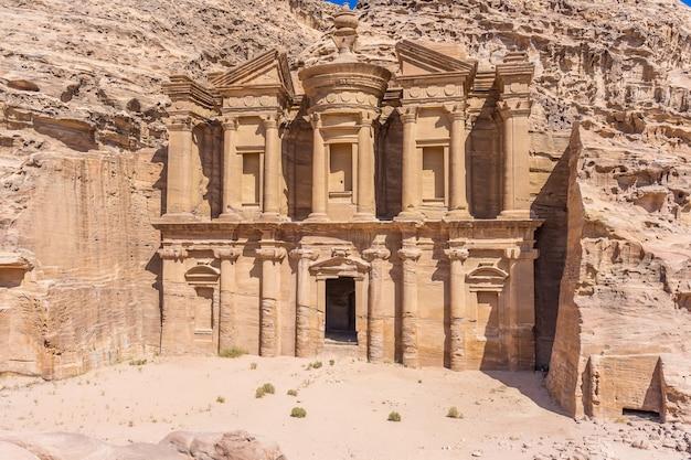 Petra, in giordania: famosa facciata di ad deir nell'antica città di petra. monastero nell'antica città di petra