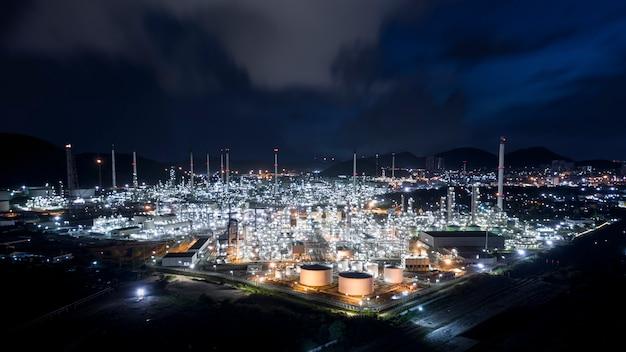 Petroliera del gas e del petrolio con la conduttura inossidabile nella fabbrica di zona della raffineria tailandia
