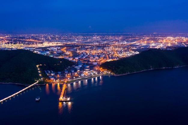 Petrolio e gas crepuscolari della raffineria del paesaggio alla vista aerea di notte