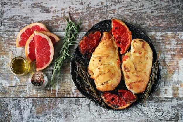 Petti di pollo al forno con pompelmo e rosmarino. cucinare a casa. cibo sano. keto paleo. dieta pegan.