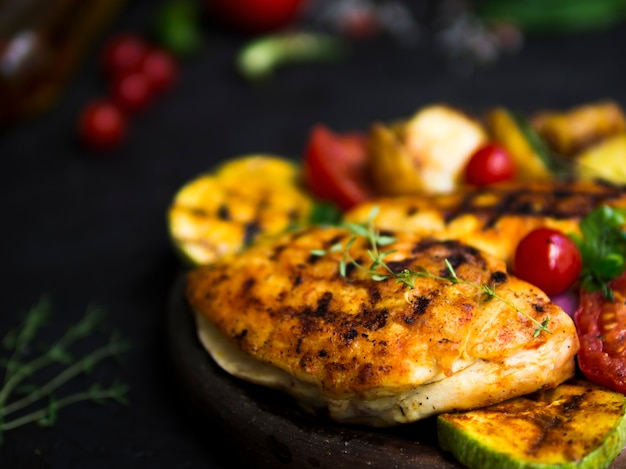 Petti di pollo alla griglia con verdure