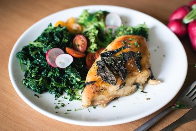 Petti di pollo arrosto con spinaci e salvia