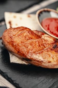 Petti di pollo sani alla griglia marinati cotti su un barbecue estivo
