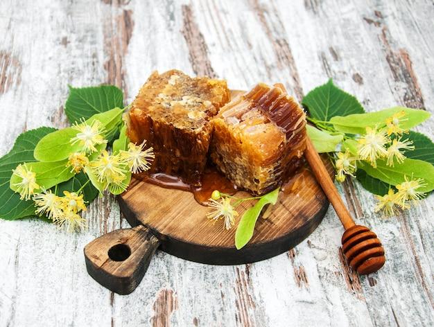 Pettine di miele e fiori di tiglio