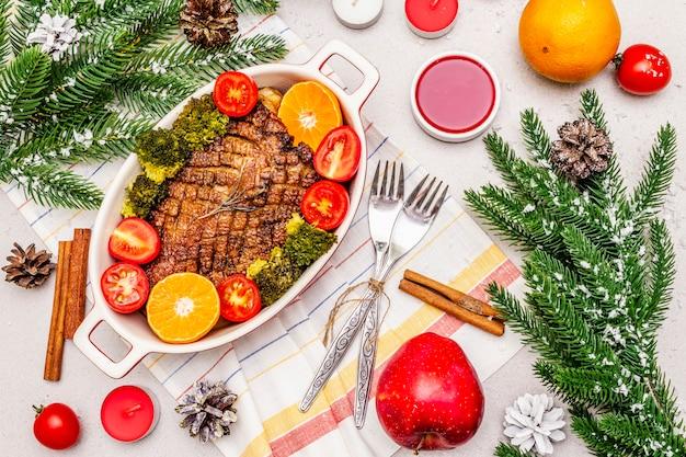 Petto d'anatra al forno con verdure e salsa. concetto di cena di natale, impostazione della tabella di capodanno.