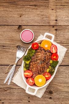 Petto d'anatra al forno con verdure e salsa. concetto di cibo sano tradizionale.