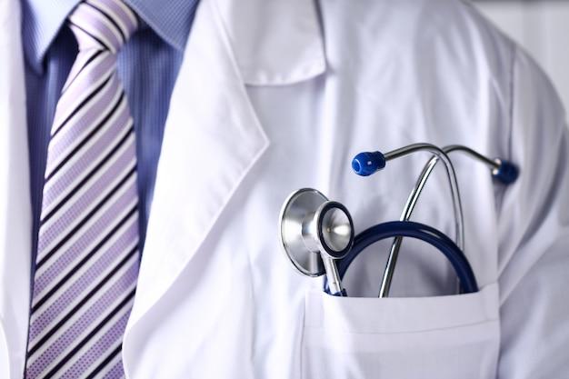 Petto di medico con lo stetoscopio in primo piano della tasca