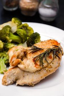 Petto di pollo al vapore con verdure