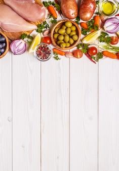 Petto di pollo con verdure fresche e spezie per cucinare.