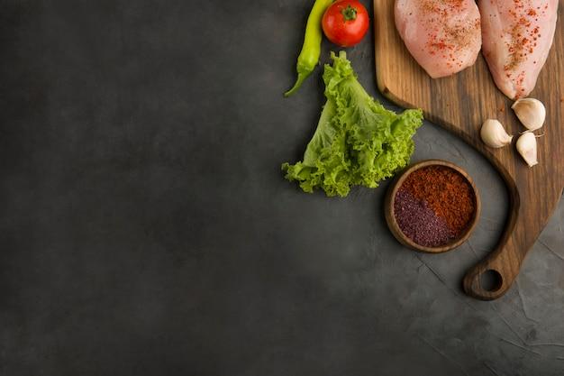 Petto di pollo crudo con erbe e spezie