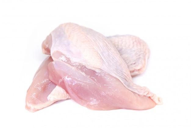 Petto di pollo crudo isolato su bianco