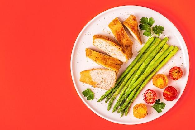 Petto di pollo fritto con verdure su un piatto