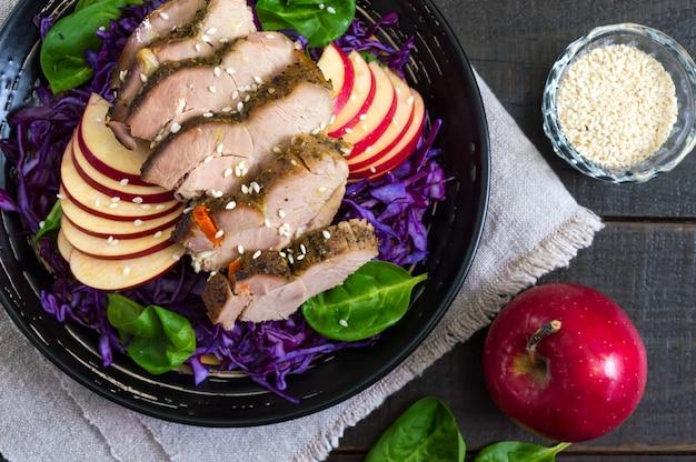 Petto di tacchino al forno con insalata di cavolo rosso, spinaci, mele. pranzo utile. piatto dietetico. nutrizione appropriata. la vista dall'alto